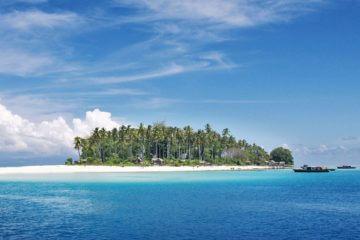 Sköna bad på tropiska ön Sepanggar Island